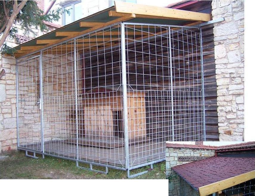 kotec 4 - vel. 3,4x2,2m, využívá místo dvou stěn rohu zahrady, bez podlahy (připravil si ji zákazník), střecha sešikmená vpřed, pokryta vykrojovaným červeným šindelem-bobrovkou, dřevěné díly natřené, kovové zinkované, cena 15.000,-Kč